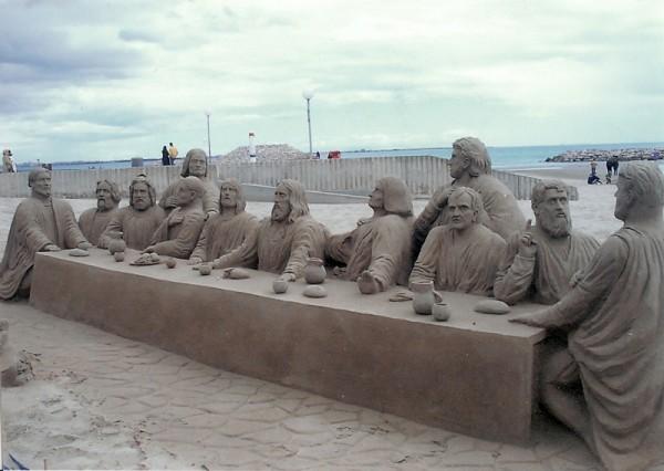Une sculpture de sable reproduisant La Cène