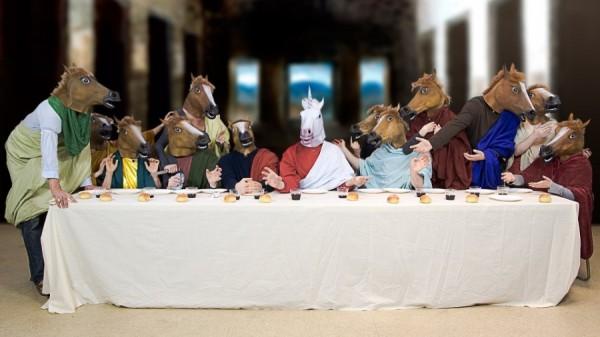 La Cène masquée des mèmes du masque de cheval et de licorne