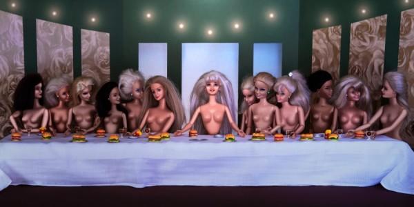 Des Barbies derrière la table de La Cène